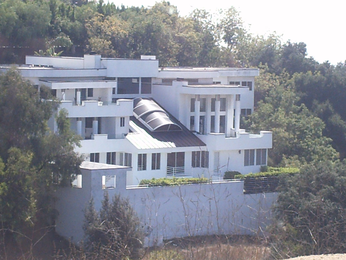 519595 besides Leonardo Dicaprios Home In Hollywood Hills as well Snoop Dogg Martha Stewart Reenact Ghost Scene in addition Scandalous Dresses as well Oscar Party. on oscar party food